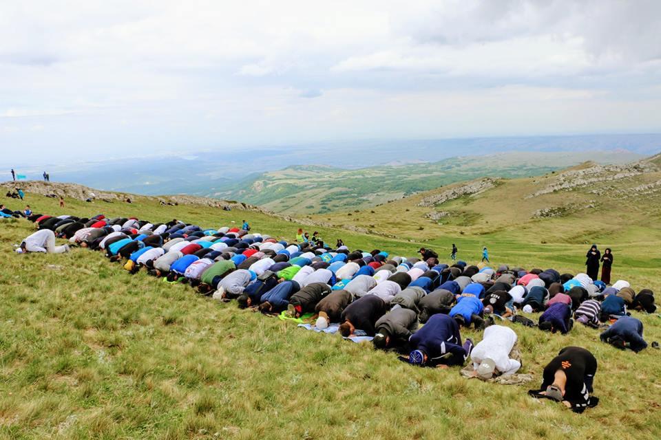 Кримські татари здійснюють молебень