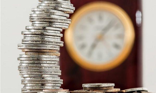 деньги на фоне часов