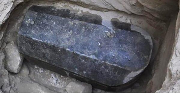 черный гранитный саркофаг в александрии